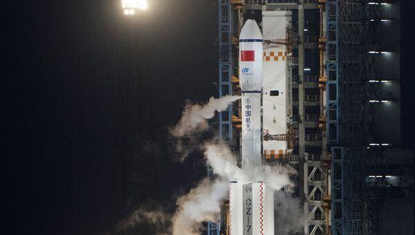 Китайская ракета-носитель Великий поход 7 с грузовым космическим кораблем Тяньчжоу-1. Архивное фото