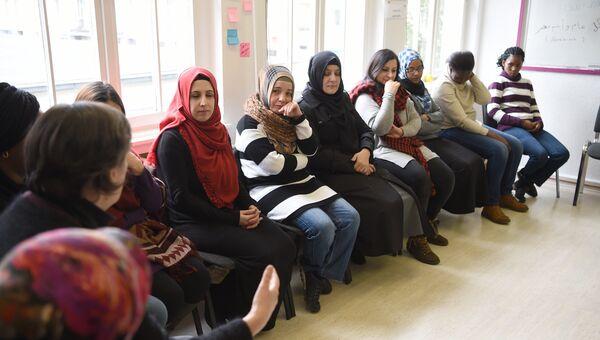 Беженцы на занятиях в образовательном центре Германии