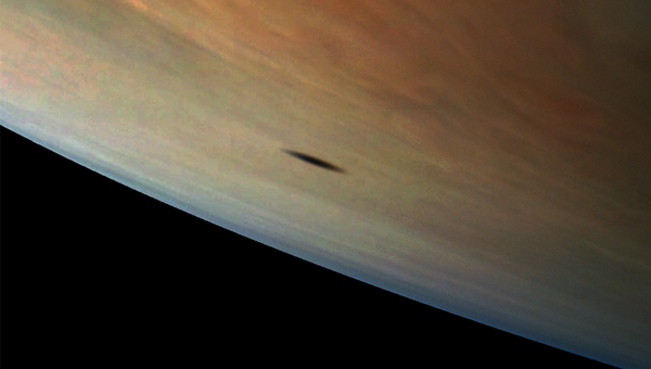 Тень Амальтеи, одной из спутниц Юпитера, на поверхности планеты-гиганта