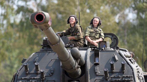 Военнослужащие российской армии на самоходной артиллерийской установке (САУ) Мста-С. Архивное фото
