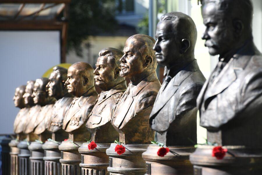 Бюсты видных политических деятелей на Аллее Правителей ХХ века в Москве
