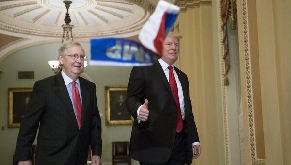 Маленькие российские флаги с надписью Трамп, брошенные в президента США. 24 октября 2017
