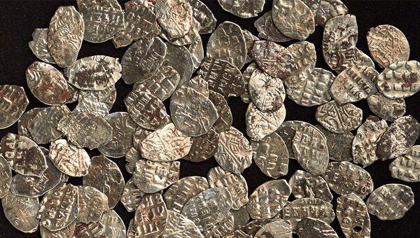 Клад из 97 монет времен Петра I обнаружили на Нижней Радищевской улице во время работ по программе Моя улица, Москва. 25 октябяря 2017