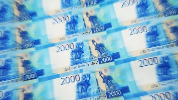 Листы с денежными купюрами. Архивное фото