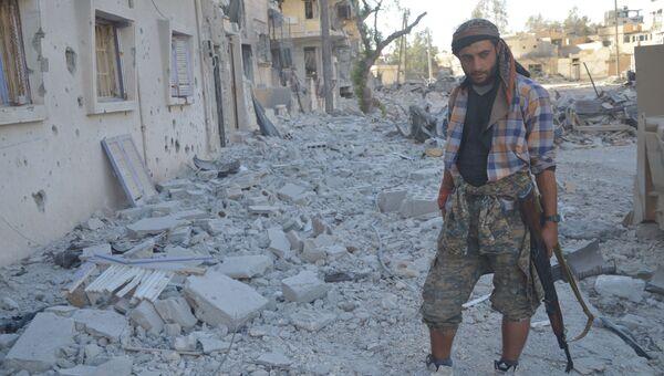 Боец Демократических сил Сирии в Ракке. архивное фото