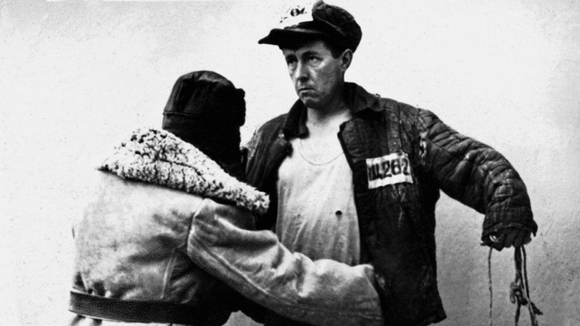 Ссыльный Александр Солженицын в лагерной телогрейке, 1953 год - РИА Новости, 1920, 30.10.2017