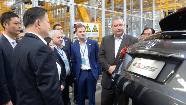 Заместитель председателя правительства РФ Дмитрий Рогозин во время посещения завода по производству автомобилей компании Changan в городе Чунцин в Китае. 29 октября 2017