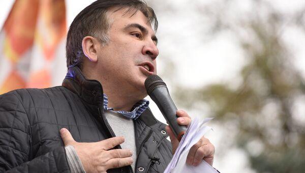 Михаил Саакашвили выступает на вече у здания Верховной рады в Киеве. Октябрь 2017