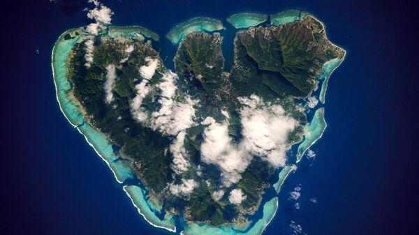 Остров Муреа, который расположен во Французской Полинезии в Тихом океане с борта МКС