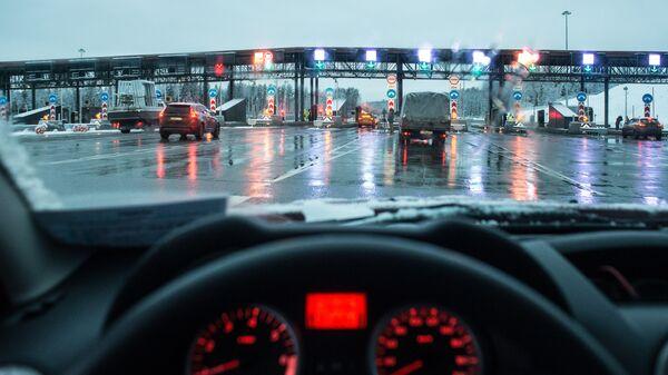 Автомобили на пункте оплаты проезда платного участка трассы