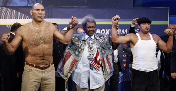 Валуев,  Дон Кинг и Руис на взвешивании перед матчем за титул