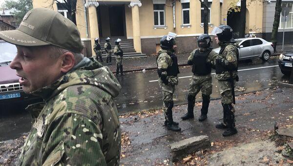 Сотрудники украинских спецслужб рядом с домом Александра Авакова в Харькове. 31 октября 2017