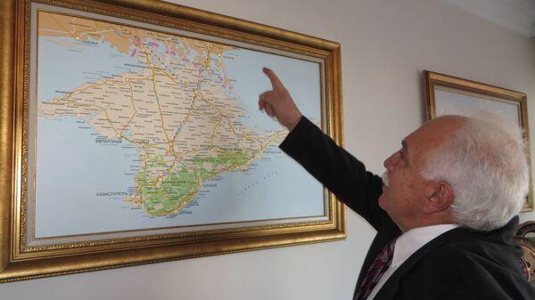 Лидер партии Родина Догу Перинчек у карты Крыма