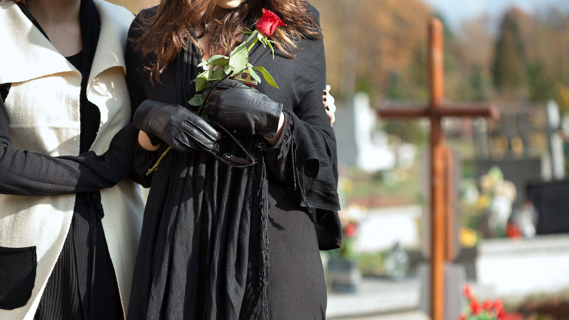 Женщины на кладбище - РИА Новости, 1920, 19.09.2020