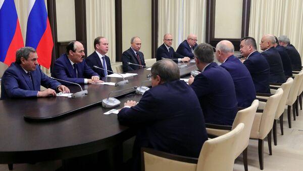 Президент РФ Владимир Путин во время встречи с ушедшими в отставку руководителями регионов. 2 ноября 2017