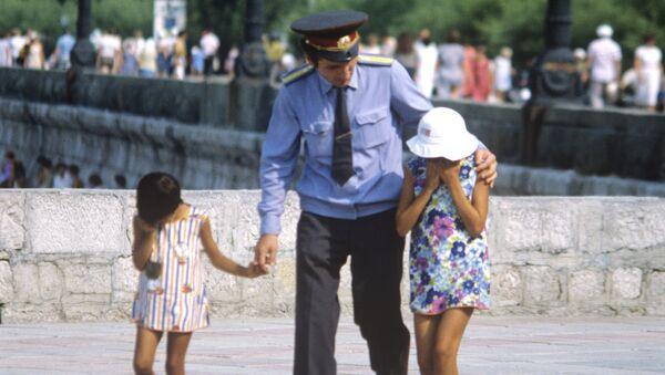 Сотрудник правоохранительных органов с потерявшимися детьми