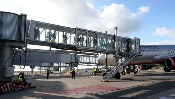 Пассажиры выходят из самолета в терминал аэропорта Храброво в Калининграде