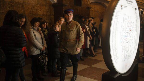 Демонстрация ретро-костюмов на станции Красные ворота в рамках ночной экскурсии в Московском метрополитене