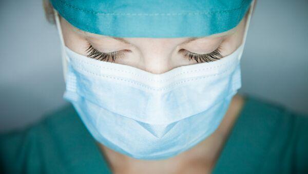 Врач в медицинской маске. Архивное фото