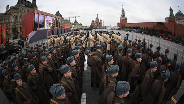 Военнослужащие перед началом марша, посвященного 76-й годовщине военного парада 1941 года. 7 ноября 2017