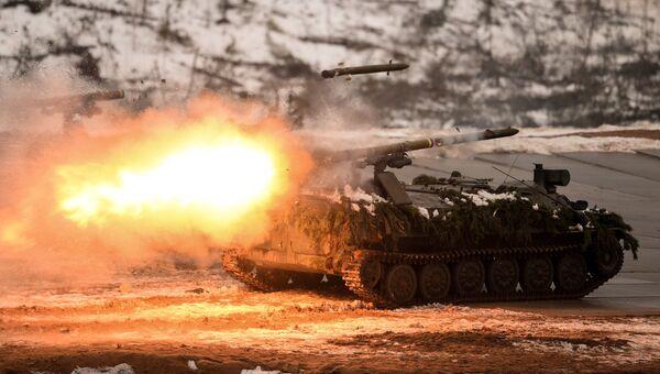 Показательный огневой удар из противотанкового ракетного комплекса Штурм-С на полигоне Луга в Ленинградской области