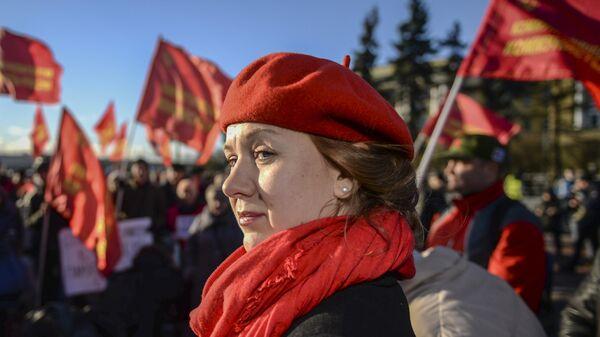 Участница митинга в честь 100-летия Великой Октябрьской социалистической революции у Финляндского вокзала в Санкт-Петербурге