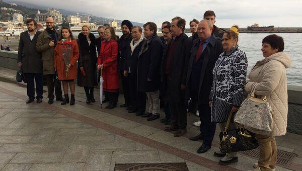 Участники Форума друзей Крыма на набережной Ялты. 7 ноября 2017