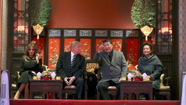 Председатель КНР Си Цзиньпин с супругой Пэн Лиюань и президент США Дональд Трамп с супругой Меланьей в музейном комплексе Запретный город. 8 ноября 2017