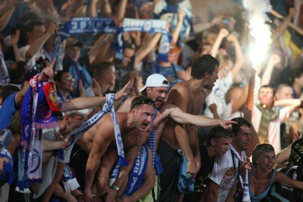 Болельщики Зенита на  матче за Суперкубок Европы по футболу