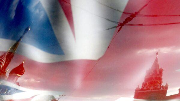 Отражение Московского Кремля и Собора Василия Блаженного в изображении флага Великобритании