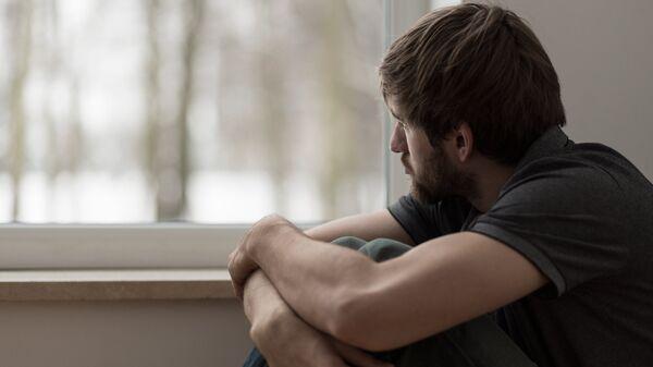 Молодой человек у окна. Архивное фото