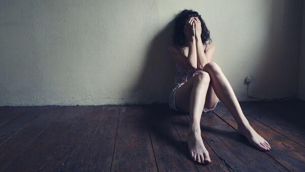 Девушка в пустой комнате. Архивное фото