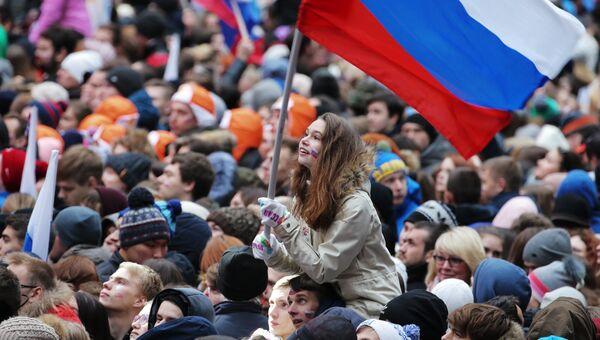 Посетители перед началом митинг-концерта Россия объединяет! на большой спортивной арене Лужники в Москве
