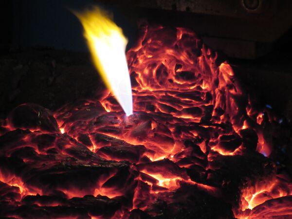 Поверхность расплава с железосодержащими материалами, энергетическим углем, флюсующими добавками