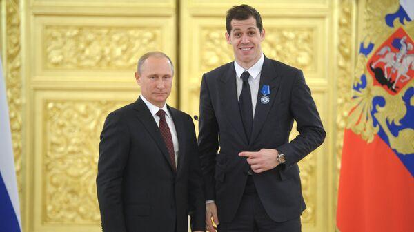 Президент России Владимир Путин и нападающий сборной по хоккею Евгений Малкин