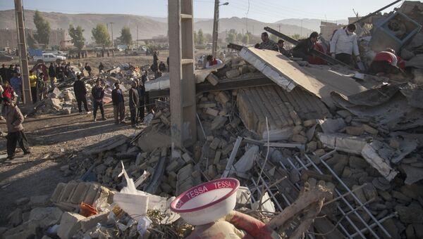 Спасатели ищут выживших после землетрясения в Керманшахе, Иран. Архивное фото