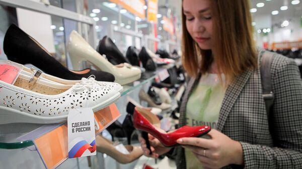 Покупательница в магазине обуви. Архивное фото