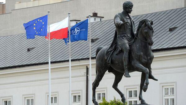 Флаги Польши, ЕС и НАТО в Варшаве. Архивное фото