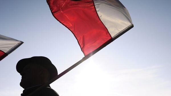 Мужчина с флагом Польши