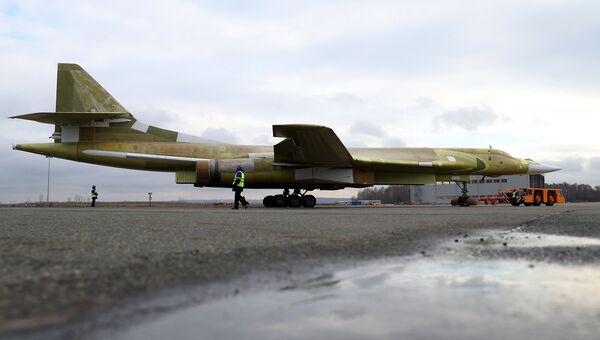 Опытный образец самолета Ту-160М2 во время выкатки на Казанском авиационном заводе имени С.П. Горбунова. 16 ноября 2017