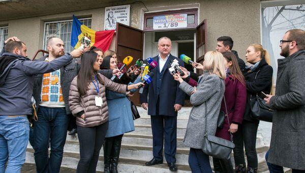 Президент Молдавии Игорь Додон отвечает на вопросы журналистов после голосования на референдуме по отставке Дорина Киртоакэ с поста мэра Кишинева.