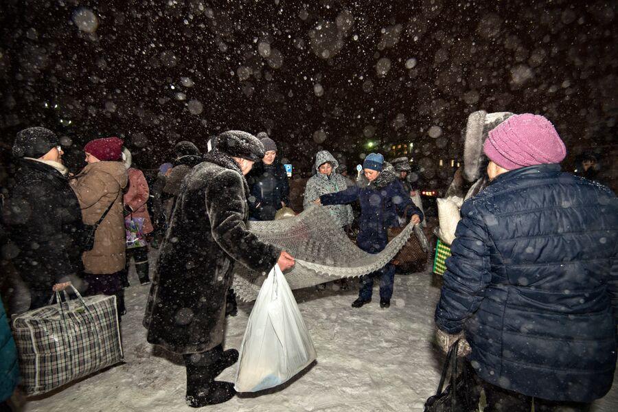 Платочный рынок у станции Саракташ начинает работать с раннего утра. Люди приезжают сюда городов и поселков России, чтобы выбрать платки для дальнейшей продажи или в подарок