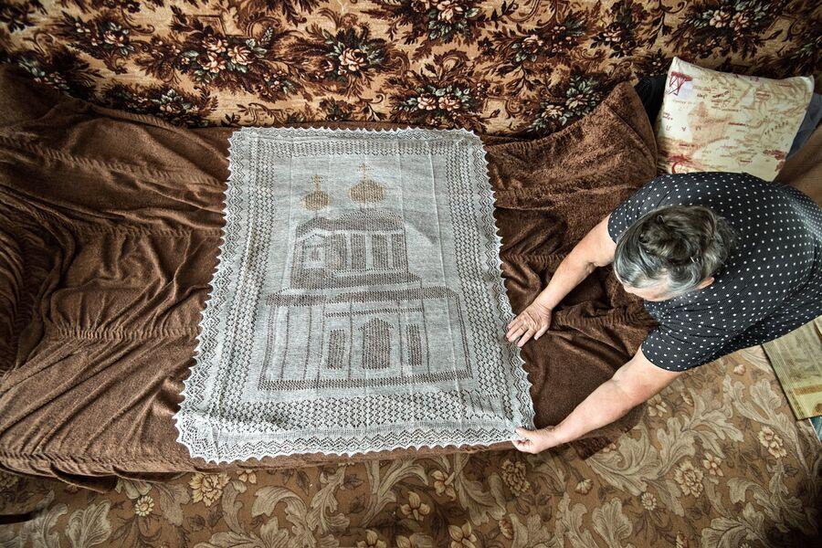 Шедевры, изготовленные Миннур Ишмухаметовой. На рисунке платка изображена церковь