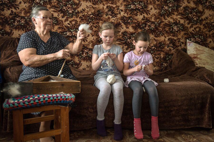 В семье Ишмухаметовых мастерство вязания передается по наследству. Миннур ханум обучает внучек азам рукоделия: как правильно держать спицы, набирать петли и связать самый простой рисунок