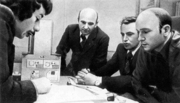 Сотрудники МИФИ обсуждают с космонавтами методику работы с гамма-телескопом