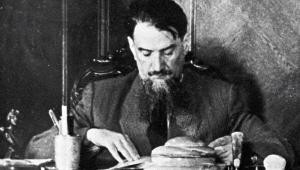 Игорь Васильевич Курчатов в рабочем кабинете