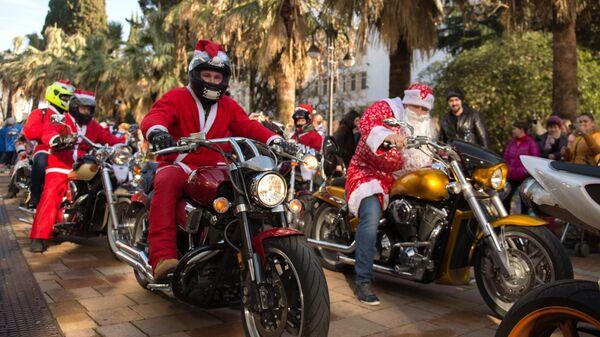 Участники мотопарада Дедов Морозов на Навагинской улице в Сочи