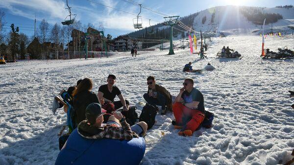 Отдыхающие у подножия горы Зеленая на горнолыжном курорте Шерегеш в Кемеровской области
