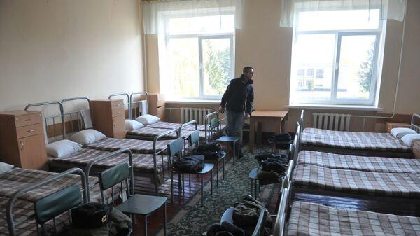 Призывник осматривает помещение Казармы в одной из воинских частей Львова