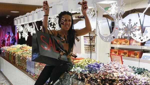 Активистка Femen в магазине Roshen в Киеве, Украина. 24 ноября 2017